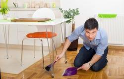 Mens het schoonmaken in keuken Stock Foto