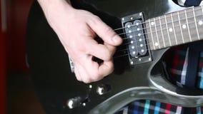 Mens het spelen bemiddelaar de elektrische gitaar stock videobeelden
