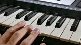 Mens het spelen de hand van de pianosynthesizer over in werking die wordt gesteld die stock footage