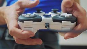 Mens het spelen de videoconsole van levensstijl gamepad handen op TV De nieuwe bedieningshendel die van de handgreep videoconsole stock footage