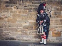 Mens het spelen doedelzak in Edinburgh stock afbeeldingen