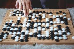 Mens het spelen gaat raadsspel stock fotografie