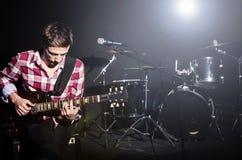 Mens het spelen gitaar Royalty-vrije Stock Fotografie