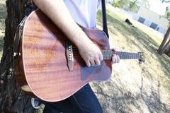 Mens het spelen gitaar Royalty-vrije Stock Afbeelding