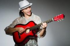 Mens het spelen gitaar stock foto's