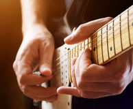 Mens het spelen gitaar. Close-upmening stock foto's