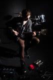 Mens het spelen gitaar in donkere ruimte Stock Foto's