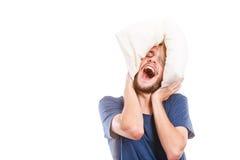Mens het spelen met hoofdkussen, goed slaapconcept Royalty-vrije Stock Foto's