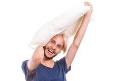 Mens het spelen met hoofdkussen, goed slaapconcept Royalty-vrije Stock Afbeelding