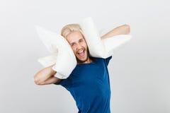 Mens het spelen met hoofdkussens, goed slaapconcept Stock Afbeelding