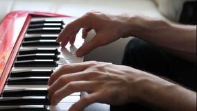 Mens het spelen op een synthesizer stock videobeelden