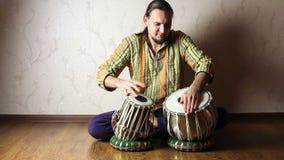 Mens het spelen op Indische tablatrommels stock footage