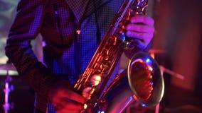 Mens het spelen saxofoon tijdens overleg Sluit omhoog stock video