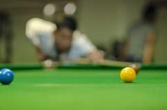 Mens het spelen snooker royalty-vrije stock foto's