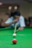 Mens het spelen snooker royalty-vrije stock fotografie