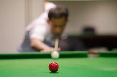 Mens het spelen snooker royalty-vrije stock afbeeldingen