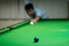 Mens het spelen snooker stock fotografie
