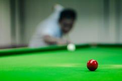 Mens het spelen snooker royalty-vrije stock foto