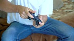 Mens het spelen videospelletje met een bedieningshendel Sluit omhoog van mannelijke handen houdend een bedieningshendelcontroleme stock videobeelden