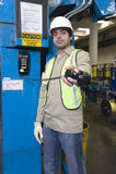 Mens het Standhouden Telefoonontvanger in Fabriek Royalty-vrije Stock Afbeelding
