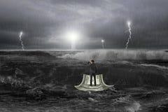 Mens het staren vuurtoren op geldboot in oceaan met onweer Royalty-vrije Stock Afbeeldingen