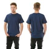 Mens het stellen met leeg marineblauw overhemd Royalty-vrije Stock Fotografie