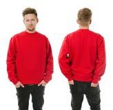 Mens het stellen met leeg rood sweatshirt Stock Afbeelding