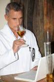 Mens het testen cognac royalty-vrije stock afbeeldingen