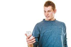 Mens het texting op de mobiele telefoon of het lezen sms Stock Fotografie