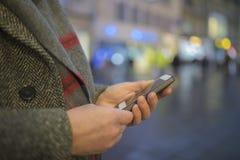 Mens het texting op smartphone Royalty-vrije Stock Foto's