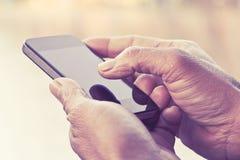 Mens het texting op zijn smartphone Royalty-vrije Stock Foto's