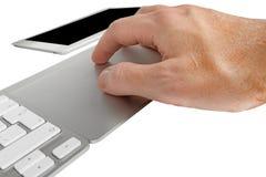 Mens het typen op een toetsenbord Stock Fotografie