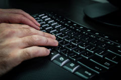 Mens het typen op een toetsenbord met brieven in Hebreeër en het Engels Royalty-vrije Stock Foto's