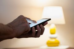 Mens het typen op een zwarte smartphone royalty-vrije stock afbeeldingen