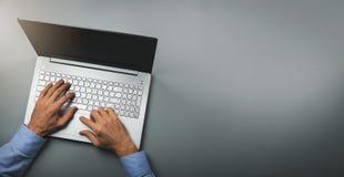 Mens het typen op laptop computer De hoogste ruimte van het meningsexemplaar stock fotografie