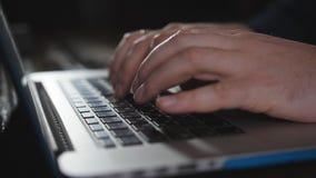 Mens het typen op laptop toetsenbord in het bureau Sluit omhoog mensenhanden schrijvend op laptop computertoetsenbord stock videobeelden