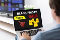 Mens het typen op laptop toetsenbord met scherm van de verkoop het zwarte vrijdag royalty-vrije stock foto