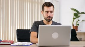 Mens het typen op laptop in zijn woonkamer stock video