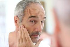 Mens het vastspijkeren zorg van huid Stock Afbeeldingen