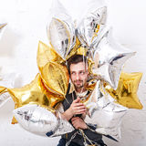 Mens het verbergen in de ballons royalty-vrije stock fotografie