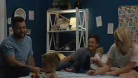 Mens het vertellen verhalen aan familie op bed stock footage