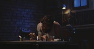 Mens het verwarmen drug in een lepel stock video