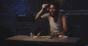 Mens het verwarmen drug in een lepel stock videobeelden
