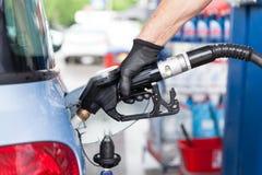 Mens het vullen brandstof in auto bij benzinestation royalty-vrije stock fotografie