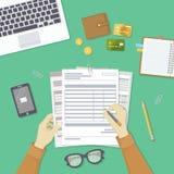 Mens het vullen documenten De mensen` s handen houden de rekeningen, loonlijst, belastingsvorm Royalty-vrije Stock Afbeelding