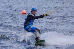 Mens het wakeboarding in het Grand Canal -Dok in de stad van Dublin royalty-vrije stock fotografie