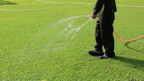 Mens het Water geven op Mooi Groen Gazon stock footage