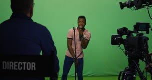 Mens het zingen bij een auditie stock foto's