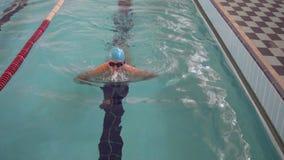 Mens het zwemmen schoolslag in de pool stock video