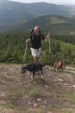 Mens, honden en bergen royalty-vrije stock fotografie